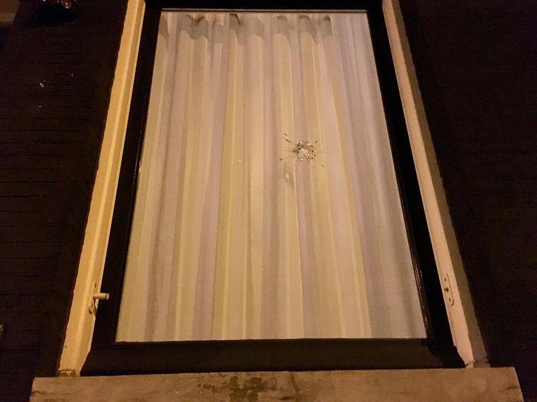 Een kogelgat in het raam van de woning. Beeld Jasper Piersma