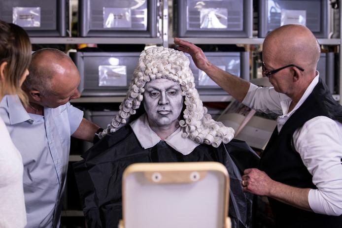 Frans Bauer in actie voor KWF Kankerbestrijding: hij verandert voor de tv-show 'Nederland staat op tegen kanker 2019' in wetenschapper Antonie van Leeuwenhoek.