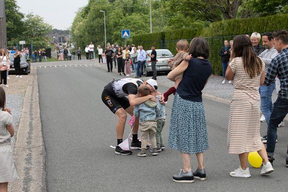 Atleet Dirk Dexters (35) heeft zondagvoormiddag een marathon gelopen in zijn eigen wijk. Na 57 rondjes kwam hij aan in een tijd van 2 uur, 40 minuten en 15 seconden. Zo zamelde hij drieduizend euro in voor het goede doel 'Hart voor Kinderen'. voor Kinderen'. Hier op foto met zijn zoontjes en dochtertje