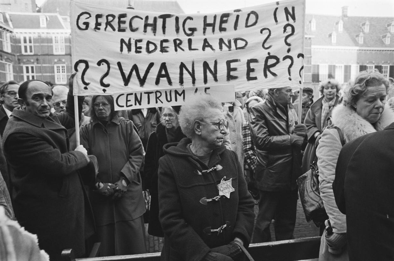 Demonstratie tegen de vrijlating van oorlogsmisdadiger Pieter Menten op Binnenhof, Den Haag, in 1978.