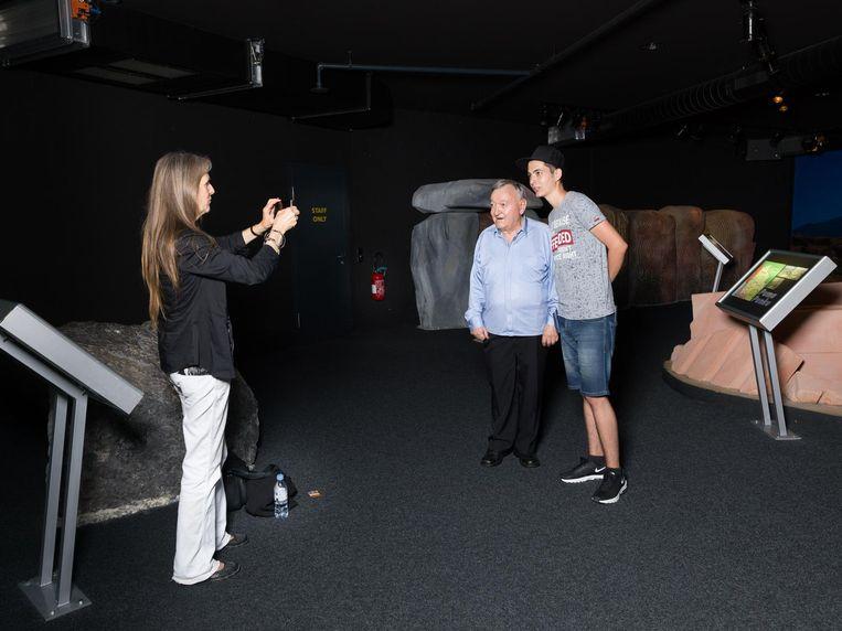 Een bezoeker van het Jungfraupark gaat op de foto met de oprichter. Beeld Ivo van der Bent