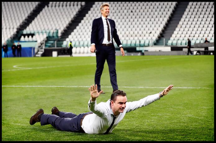 Sensatie in Turijn. Ajax klopt Juventus in de kwartfinales van de Champions League. Dat leidt tot grote vreugde bij technisch directeur Marc Overmars die een buikschuiver maakt en algemeen directeur Edwin van der Sar.