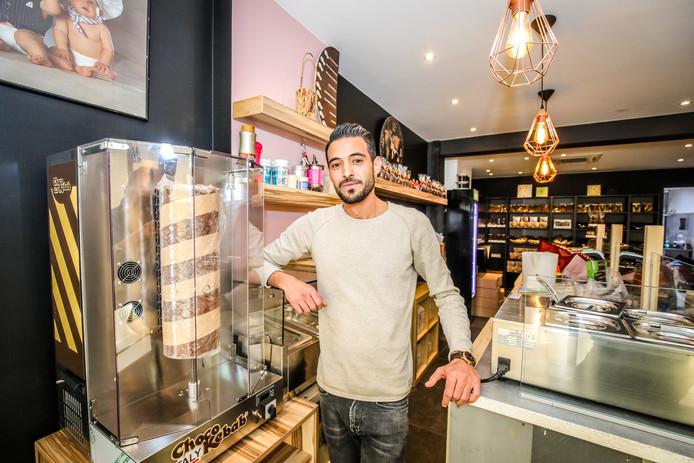 Fadi Alhajyousef aan de kebabmachine: niet met vlees, maar met chocolade.