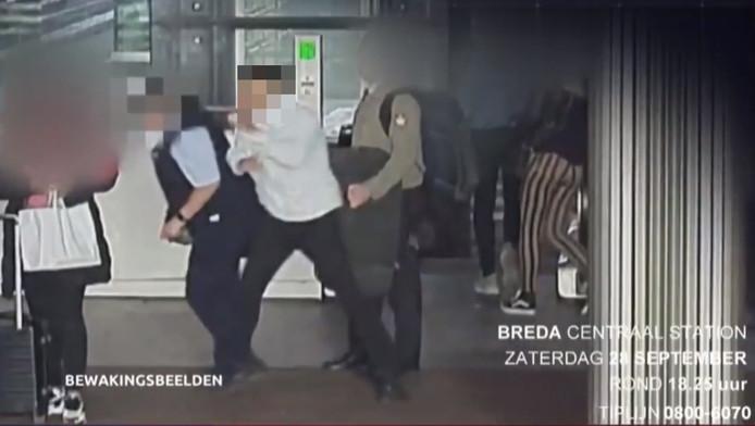 De man liep na het uitstappen op het perron van het NS-station in Breda achter de conductrice aan en sloeg haar bewusteloos.