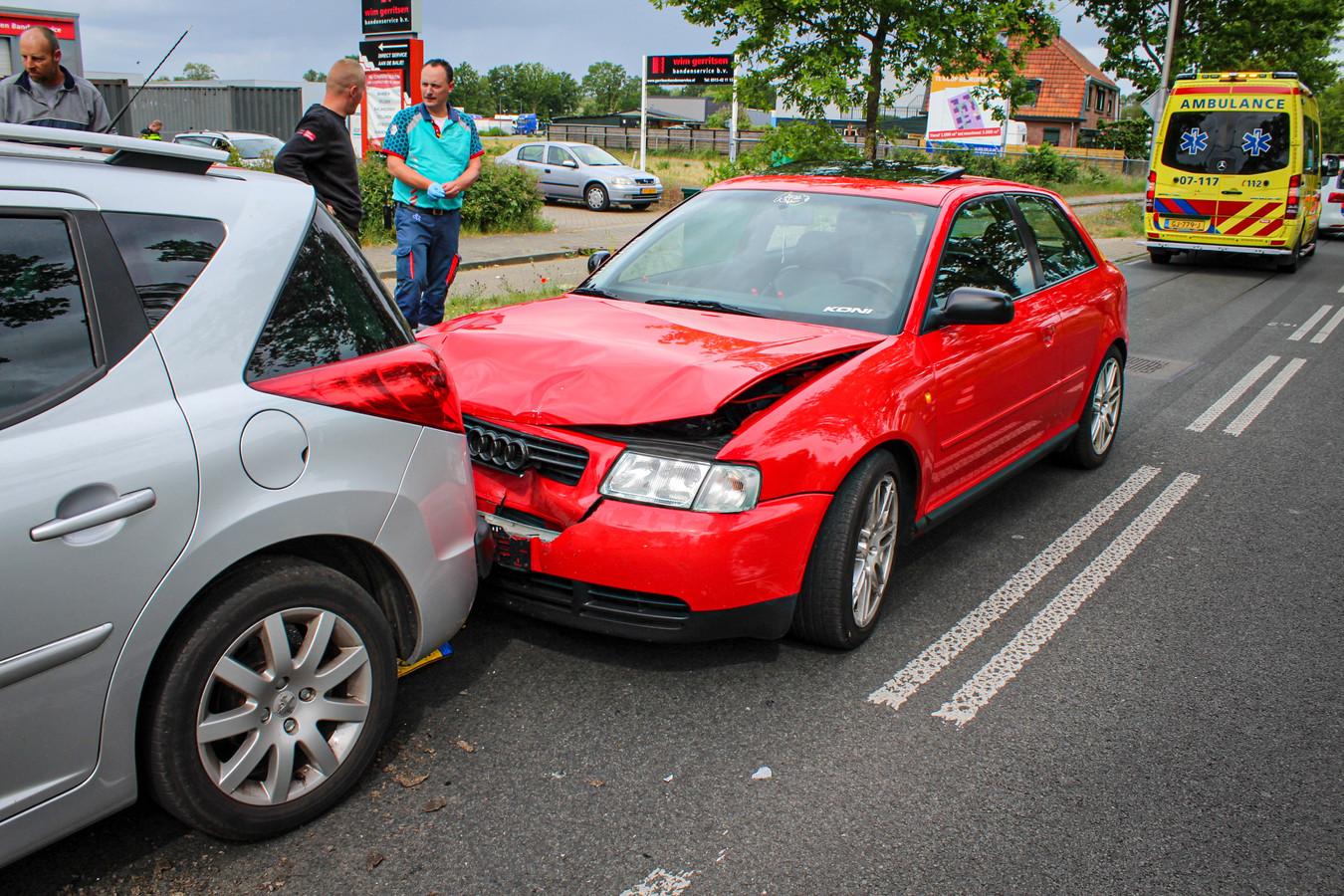 Aan de auto's is schade ontstaan door de botsing in Dieren.