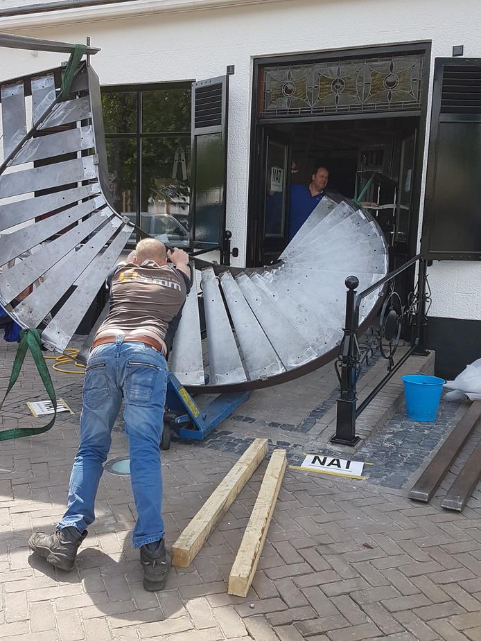 Eén van de laatste loodjes voor de opening, aanstaande vrijdag: er moet nog 'even' een grote metalen trap geplaatst worden.