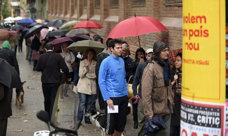Catalanen staan in de rij om hun stem uit te brengen. Beeld afp
