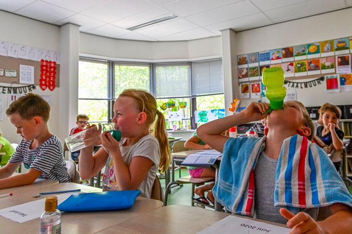 Juni 2020: zwetende leerlingen op basisschool De Hofstee in Etten-Leur. De klimaatinstallatie op diverse scholen haperde toen flink.