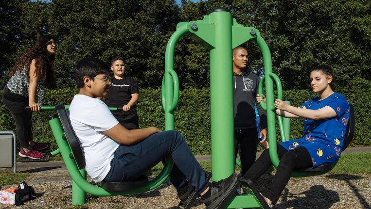 Dominiek Sloote (2de van rechts) traint met Aya (rechts), die bijna op haar streefgewicht is. Beeld Marc Driessen