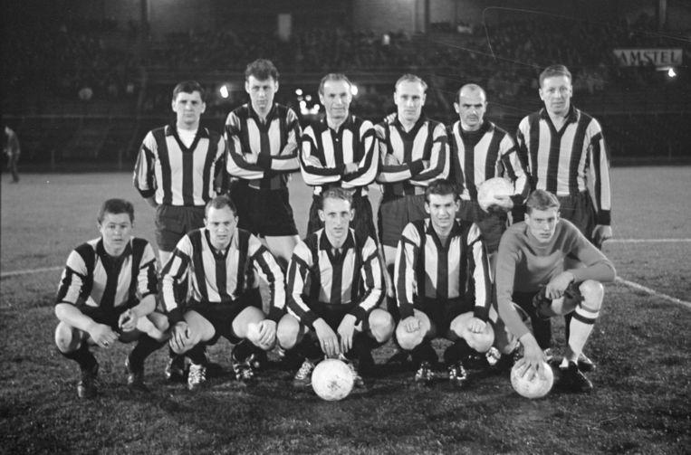 4 april 1962: Israël (linksonder) met DWV voor de erewedstrijd tegen De Volewijckers. Derde van linksboven is Stanley Matthews. Beeld Harry Pot
