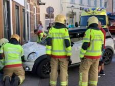 Auto botst tegen woning in 's-Heerenberg, bestuurder gewond