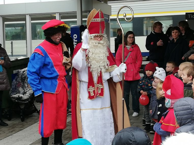 De kinderen stonden de Sint op te wachten aan het station van Lede.