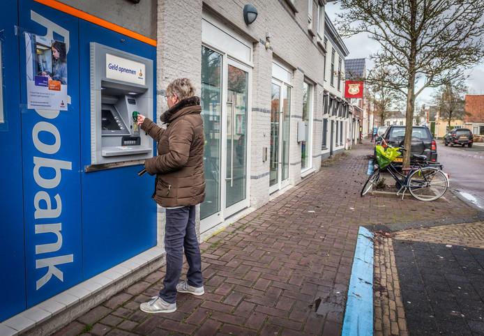 De geldautomaat aan de Voorstraat in Klaaswaal verdwijnt. Pinnen kan nog wel in de Plus.