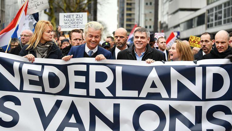 Geert Wilders, geflankeerd door Filip de Winter, leider van het Vlaams Belang, loopt mee met de demonstratie in Rotterdam Beeld null