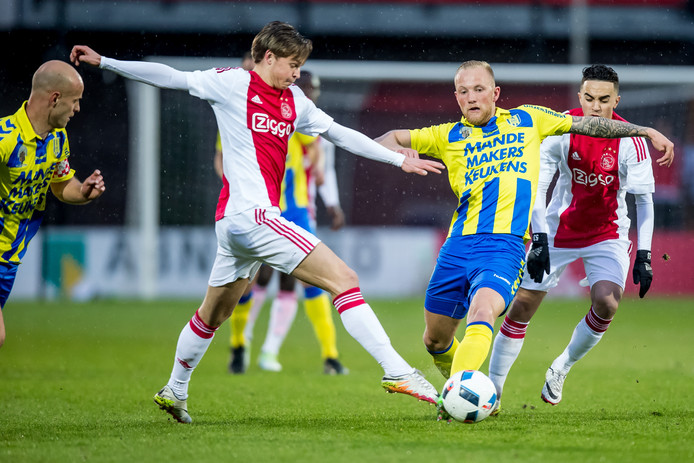 Frenkie de Jong van Jong Ajax met een van drie Waalwijkse centrale verdedigers, Maikel Verkoelen.