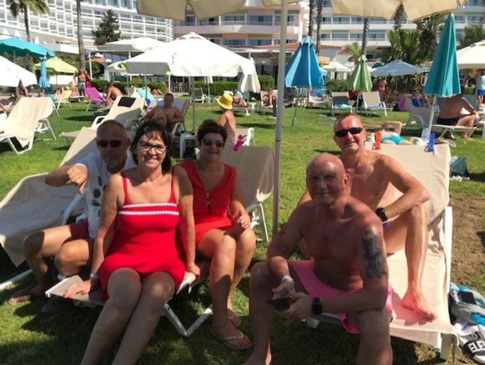 Carla Vanherbruggen en haar vrienden uit Evergem, aan hun zwembad in Cyprus.