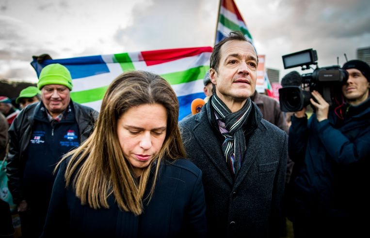 Ministers Eric Wiebes (Economische Zaken) en Carola Schouten (Landbouw) bij een protest van Groningse boeren op het Malieveld, waar zij een jaar geleden een snelle en ruimhartige afhandeling van de schade door aardbevingen eisten. Beeld Freek van den Bergh
