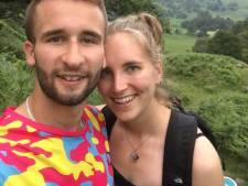 Loes (22) zag haar vriend al meer dan een jaar niet, nu is het uit: 'Ik was drie uur te laat op het vliegveld'