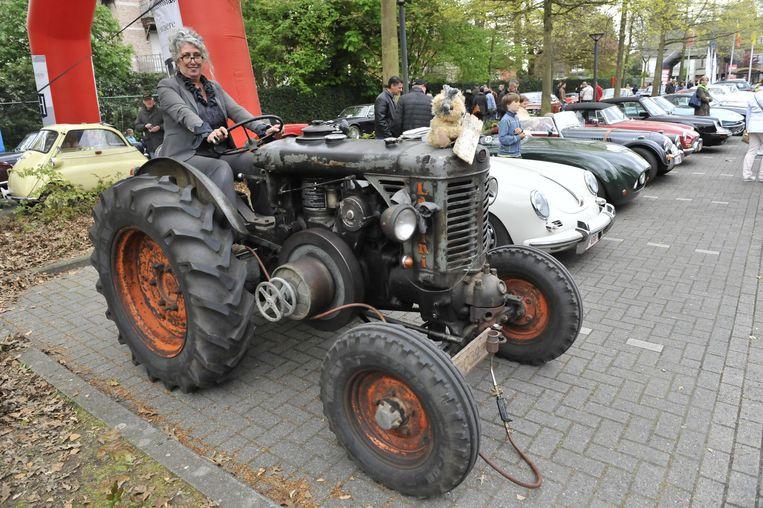 'Mie Tracteur' met een tractor van 1956 tussen de Porsches en andere oldtimers.