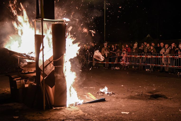 Het brandende 'stadhuis van Dendermonde' markeert het symbolische einde van carnaval.