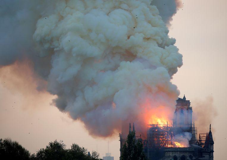 De brand in de Notre-Dame gisterenavond.