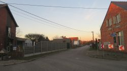 """Betonblokken tegen zwaar verkeer verwijderd: """"Nu rijden de vrachtwagens ondanks verbod weer door onze straat"""""""
