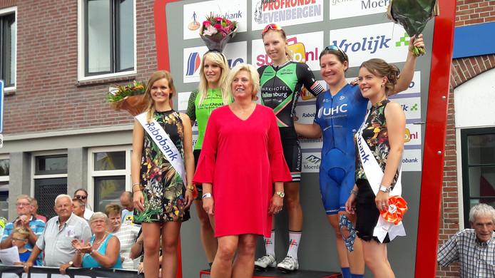 Het podium in Zevenbergen rond winnares Lorena Wiebes. Links van haar nummer twee Monique van de Ree. Rechts nummer drie Lauretta Hanson uit Australië.