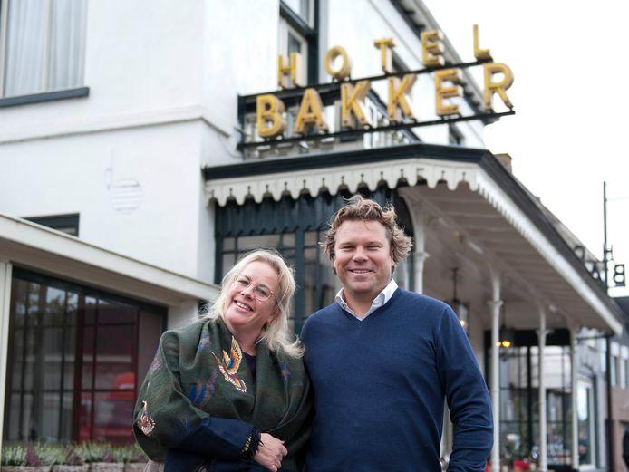 Liesbeth Bakker en haar man Jeroen Geubels voor hun hotel-restaurant in Vorden: het wildseizoen is weer begonnen, maar het restaurant zit op slot.
