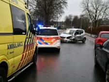 Auto rijdt tegen boom in Vroomshoop: bestuurder ernstig gewond