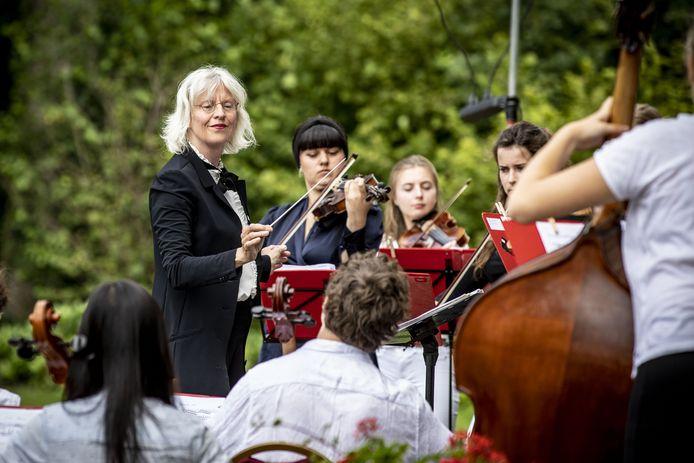Het orkest staat onder leiding van Loes Visser.