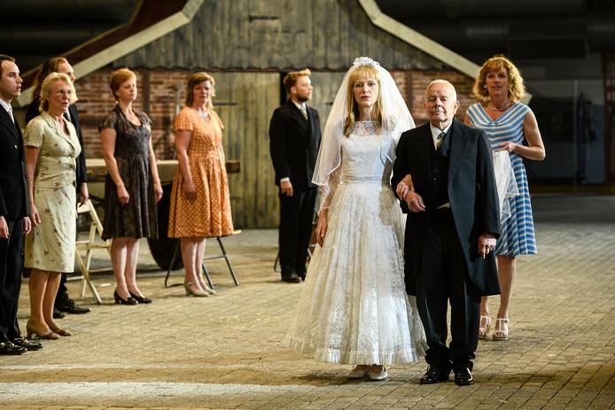 Hanna (Johanna ter Steege) wordt door haar vader (Jan Roerink) naar het altaar begeleid.