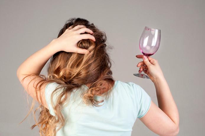 Een aantal mensen blijkt wel gevoelig voor stoffen die pijn veroorzaken en die mogelijk meer in de ene dan in de andere wijn zitten.