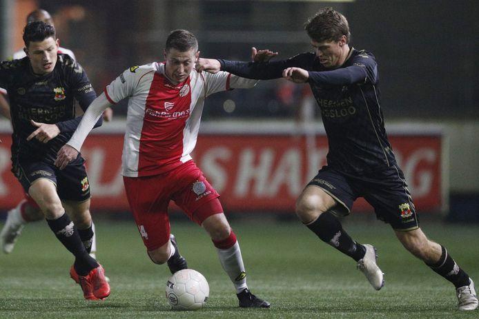 Maikel de Harder van IJsselmeervogels in duel met Jenthe Mertens (l) en Joran Swart.