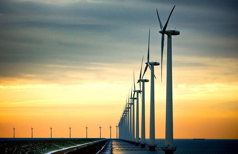 Windmolens langs de A6 nabij Urk.  Beeld ANP