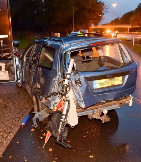 Ravage in Moergestel: auto ramt verkeersbord, tikt bestelbus aan en klapt op vrachtwagen