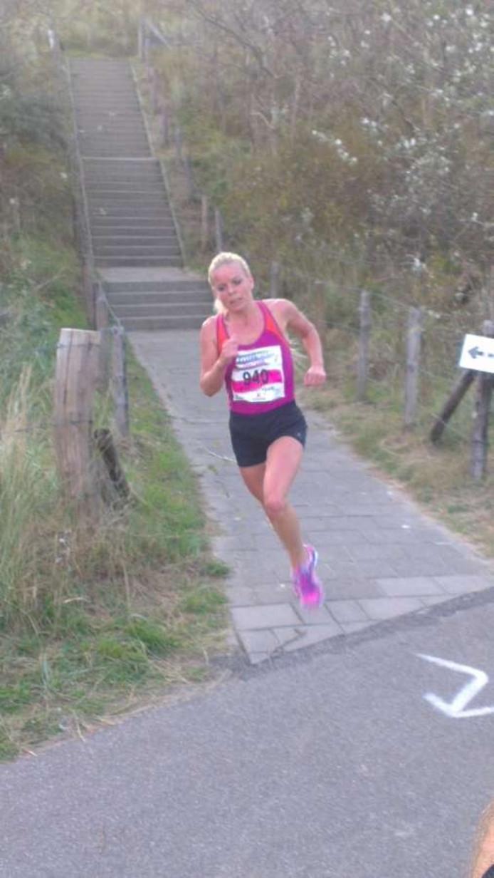 Frederique Versluijs tijdens haar tien kilometerloop in de Ladiesrun.