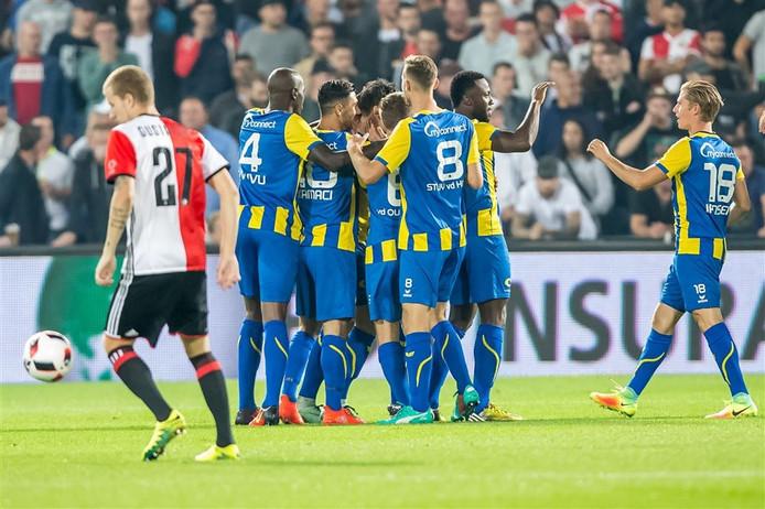 FC Oss viert de goal van Tom Boere in de Kuip.