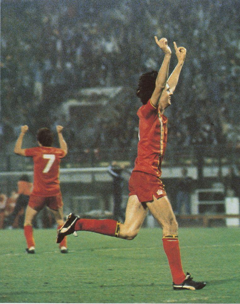 """België plaatst zich voor het WK in Spanje na een 2-0-zege tegen Frankrijk. """"Moet er nog zand zijn?"""", roept Rik De Saedeleer na de 2-0 van Erwin Vandenbergh."""