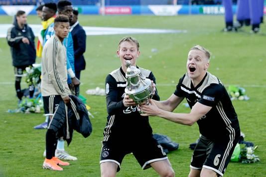 Frenkie de Jong en Donny van de Beek tonen de KNVB-beker aan de Ajax-fans na de winst in 2019.