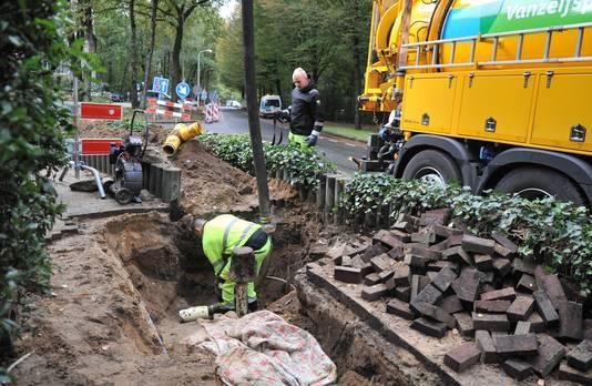 Er wordt hard gewerkt om de gasstoring in Doorwerth te verhelpen, zoals hier op de hoek Beethovenlaan-Dalweg.
