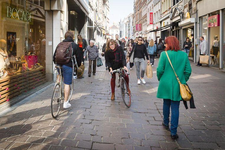 De Langemunt is voortaan een voetgangersstraat. Tussen 11 en 18 uur moeten fietsers er afstappen en hun fiets bij de hand nemen, maar dat had gisteren nog niet iedereen door.