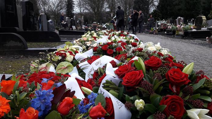 Bloemenzee op de begraafplaats Broekhoven in Tilburg, waar woensdagochtend Hennie de Laat wordt begraven.