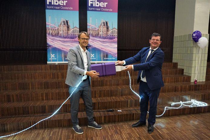 Geert Standaert van Proximus en burgemeester Bart Tommelein (Open Vld) presenteren de uitrol van het glasvezelnetwerk in Oostende