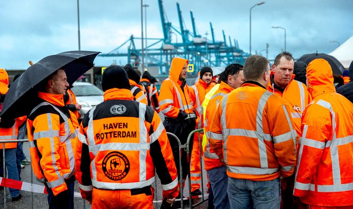 Havenmedewerkers tijdens een stakingsactie in de containersector.