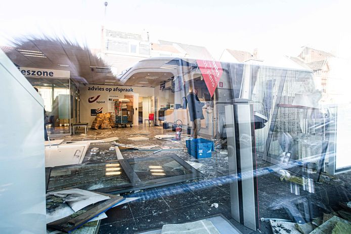 Ook in het Dilbeekse postkantoor zelf was de ravage groot.