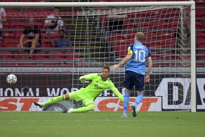 Maarten Stekelenburg ziet dat Simon Gustafson de bal uit pingel op paal schiet.