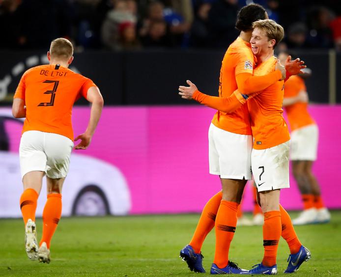 Virgil van Dijk met Frenkie de Jong. Links Matthijs de Ligt.