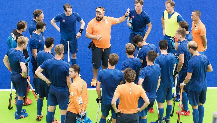 Max Caldas spreekt zijn spelers toe tijdens de oefenwedstrijd tegen Spanje (2-2), enkele dagen voordat de Spelen in Rio beginnen. Beeld ANP