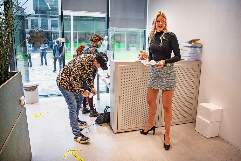 Bij een commercieel coronalab op het Sciencepark in Amsterdam kunnen klanten na betaling van 149 euro worden getest. De uitslag krijgt men binnen een dag. Beeld Guus Dubbelman / de Volkskrant