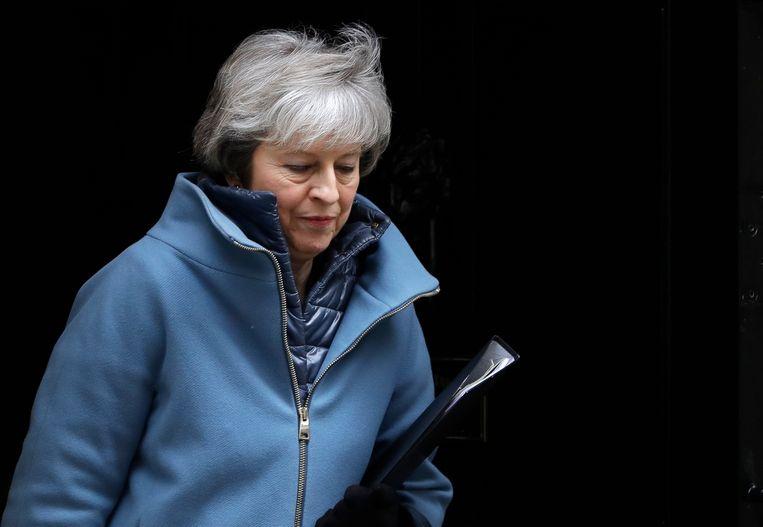 De Brits Premier Theresa May verlaat Downing Street 10 in Londen voor een debat in het parlement.  Beeld AP